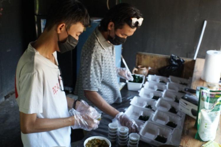 Relawan Dapur Darurat Salatiga menyiapkan makanan untuk pasien isolasi mandiri.