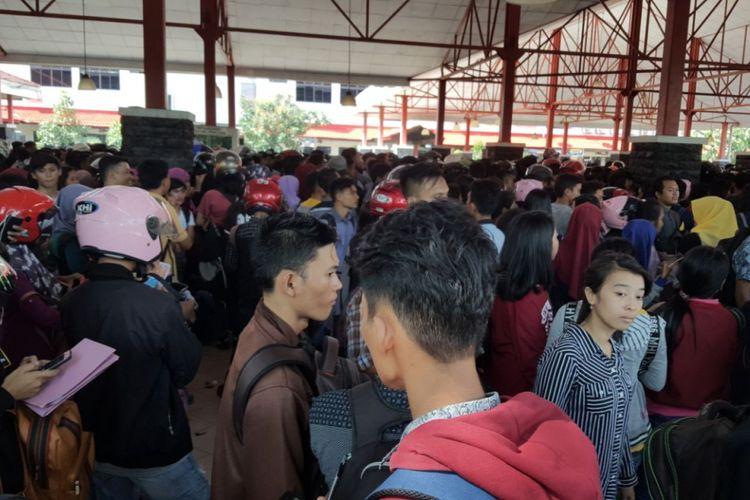 Ribuan para pencari kerja sejak pukul 08.00 WIB memadati kawasan gedung MPH untuk mencari lowongan pekerjaan di sejumlah perusahaan yang ada di kawasan PT Batamindo Invesment Cakrawala (BIP) selaku pengelola kawasan industri Batamindo.