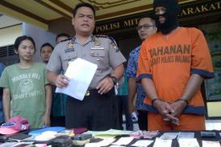 Seorang seniman ditangkap polisi karena terbukti menggelapkan uang milik warga asing asal China yang sedang berwisata ke Indonesia. Pelaku ditangkap polisi Polres Malang, Jumat (29/5/2015).