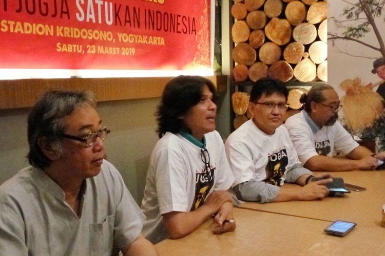 Butet Butet Kertarajasa, Kuss Indarto (Direktur Komunikasi, Publikasi dan Dokumentasi), Ajar Budi Kuncoro (Ketua Panitia Alumni Jogja SATUkan Indonesia) dan Djaduk Ferianto dalam jumpa pers