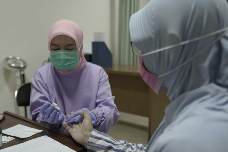 Para tenaga kesehatan dan karyawan di RSHS Bandung saat diminta sampel darah bagian dari proses tes masif Covid-19 di Jabar, Rabu (25/3/2020).