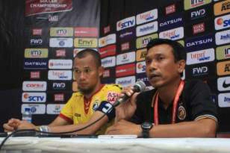 Pelatih Sriwijaya FC Widodo Cahyono Putro bersama Supardi Natsir usai pertandingan Persib Bandung vs Sriwijaya FC di Stadion Si Jalak Harupat, Kabupaten Bandung, Sabtu (30/2/2016)