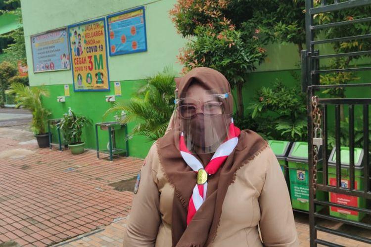 Tuti Solihati, guru SDN Kenari 08, usai mengajar tatap muka, Rabu (7/4/2021).
