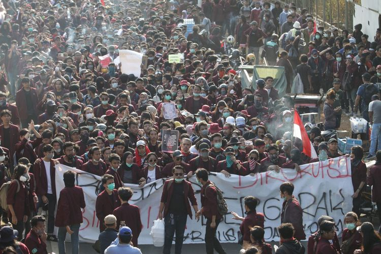 Ribuan mahasiswa memadati Jalan Gerbang Pemuda menuju depan Gedung DPR/MPR, Jakarta, Senin (30/9/2019)). Aksi mahasiswa ini untuk mendesak DPR membatalkan revisi UU KUHP dan UU KPK..  ANTARA FOTO/Reno Esnir/ama.