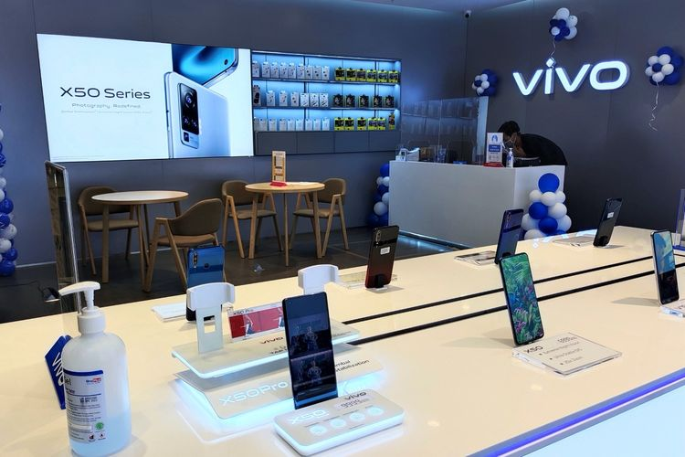 Ponsel Vivo X50 series di gerai Vivo.