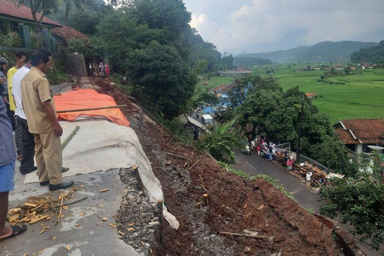 Tebing setinggi 8 meter dengan lebar 20 meter SDN Peusar di Sumedang Selatan, Sumedang, Jawa Barat, Senin (27/1/2020) sore. AAM AMINULLAH/KOMPAS.com