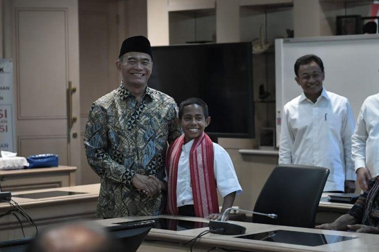 Mendikbud saat menerima dan memberikan penghargaan kepada Joni, di kantor Kemendikbud, Senayan, Jakarta, Senin (20/08/2018).