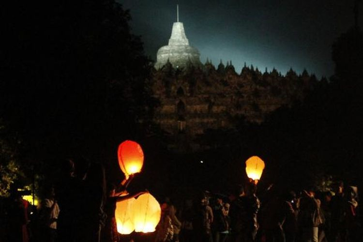 Warga dan wisatawan melepas ribuan lampion di komplek Candi Borobudur saat malam pergantian tahun dari 2015 ke 2016.