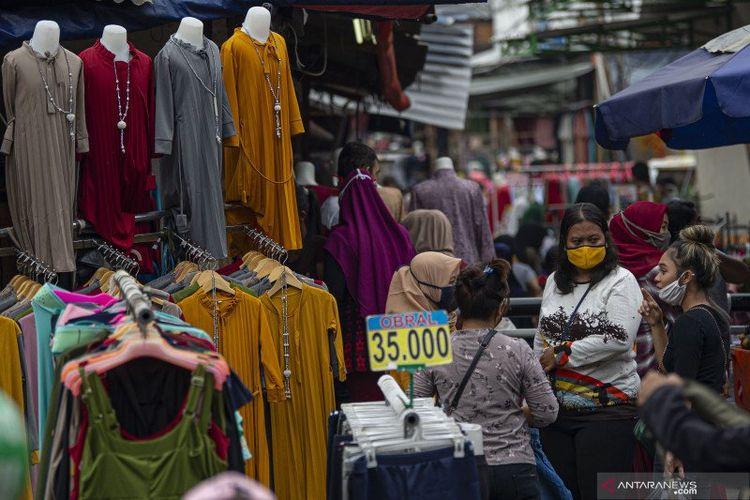 Warga berbelanja pakaian yang dijual pedagang kaki lima di Jalan Jati Baru II, Tanah Abang, Jakarta, Senin (18/5/2020).