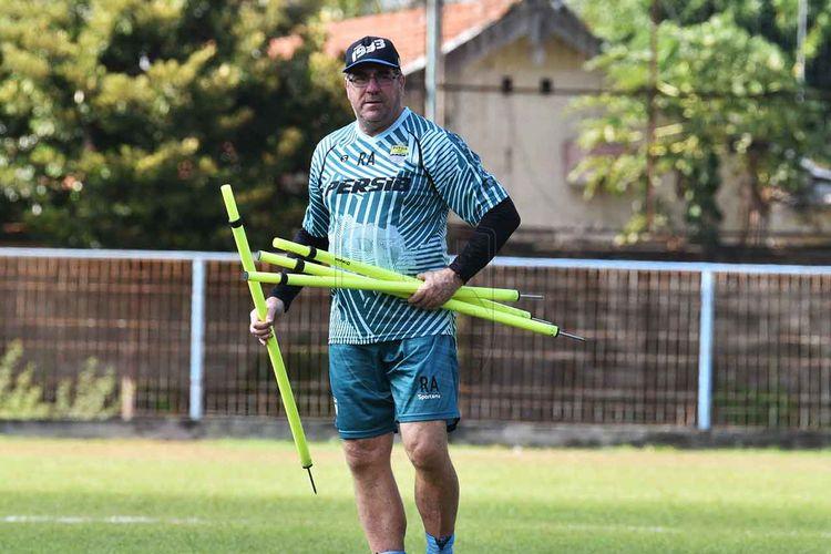 Pelatih Persib Bandung, Robert Rene Alberts memimpin latihan.