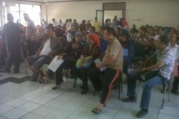 Para pedagang sejak Rabu (21/80/2013) pagi memadati aula Kantor Kecamatan Tanah Abang untuk. Mereka duduk-duduk sambil menunggu pendaftaran tahap ke dua dimulai.