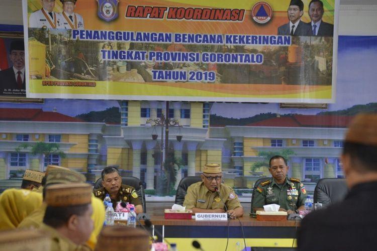 Gubernur Gorontalo Rusli Habibie saat memimpin Rapat Koordinasi Penanggulangan Bencana Kekeringan tingkat Provinsi Gorontalo, Senin (16/9/2019). Pemerintah akhirnya menutuskan menetapkan status darurat Kekeringan di Provinsi Gorontalo.