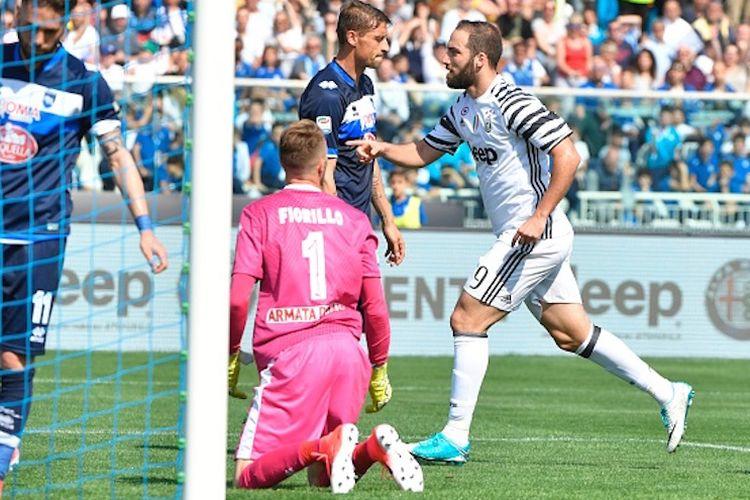 Gonzalo Higuain merayakan gol pertama Juventus ke gawang Pescara pada pertandingan Serie A di Stadion Adriatico, Sabtu (15/4/2017).