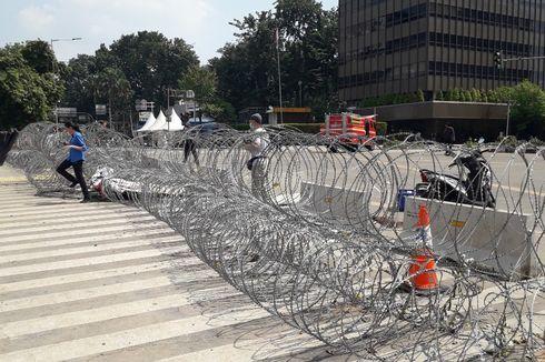 Antisipasi Demo Buruh, Polisi Pasang Kawat Berduri di Jalan Medan Merdeka Barat