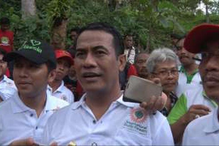 Mentan Andi Amran Sulauman saat mencangankan Hutan Durian Internasional di Trenggalek