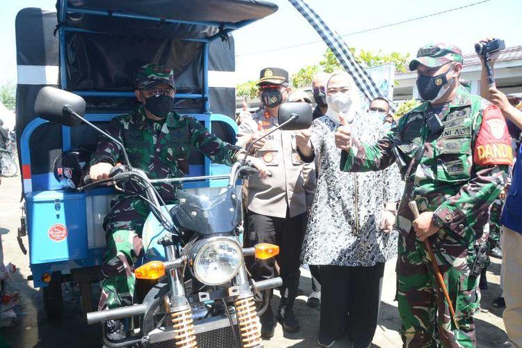 Pangdam III/Siliwangi Mayjen TNI Agus Subiyanto memberikan unit kendaraan roda tiga untuk membantu mendukung kegiatan kesehatan masyarakat desa terpencil di Kabupaten Karawang, Mengingat daerah tak bisa di akses kendaraan roda empat.