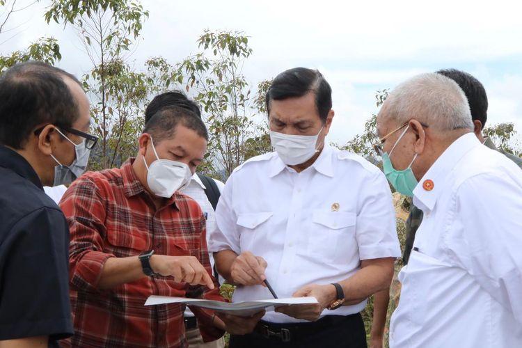 Menteri Koordinator Bidang Kemaritiman dan Investasi Luhut Binsar Pandjaitan meninjau langsung kondisi dan kesiapan lahan untuk pengembangan kawasan pusat riset herbal di Kecamatan Pollung, Kabupaten Humbang Hasundutan, Sumatera Utara pada Kamis (11/2/2021).