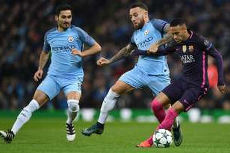 Striker FC Barcelona, Neymar (kanan), mendapatkan penjagaan dari dua pilar Manchester City, Ilkay Guendogan (kiri) dan Nicolas Otamendi (tengah), dalam partai Liga Champions di Stadion Etihad, Selasa (1/11/2016) waktu setempat.