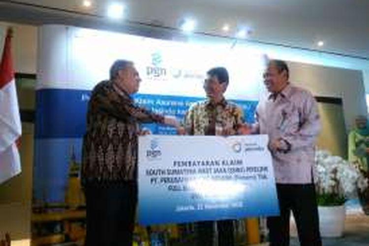Direktur Teknik dan Luar Negeri PTAsuransi Jasa Indonesia (Persero),  Sharifudin (tengah) menyerahkan secara simbolis pembayaran klaim asuransi SSWJ kepada Direktur Keuangan PT Perusahaan Gas Negara (Persero) Tbk Nusantara Suyono, Jakarta, Senin (21/11/207)