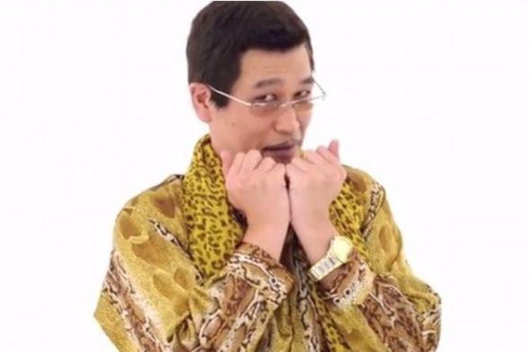 Komedian Kazuhito Kosaka alias Pikotaro merilis versi panjang lagu Pen-Pineapple-Apple-Pen.