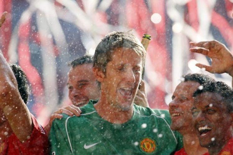 Mantan kiper Manchester United, Edwin van der Sar, kala merengkuh trofi Community Shield, 5 Agustus 2007.