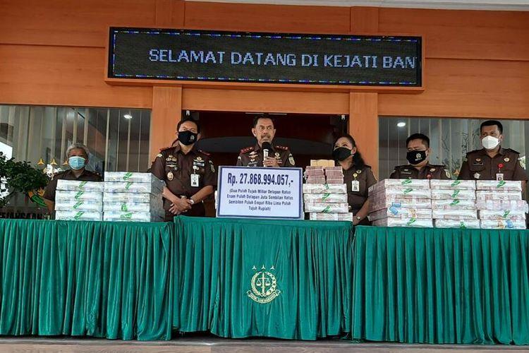 Kajati Banten Asep Nana Mulyana menunjukan barang bukti uang senilai Rp52 miliar