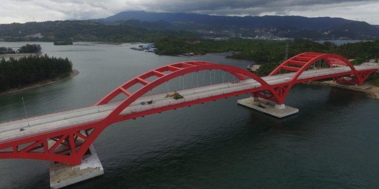Jembatan penghubung Holtekamp dan Hamadi diatas teluk Youtefa, Papua.