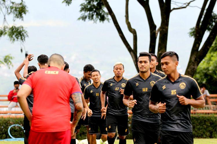 Pemain muda Arema FC, M Rafli saat latihan perdana Training Center (TC) di Lapangan Agro Kusuma Malang, Jawa Timur, Minggu (19/01/2020) sore. Guna mempersiapkan musim 2020 Arema FC melakukan TC hingga Jumat (24/01/2020).