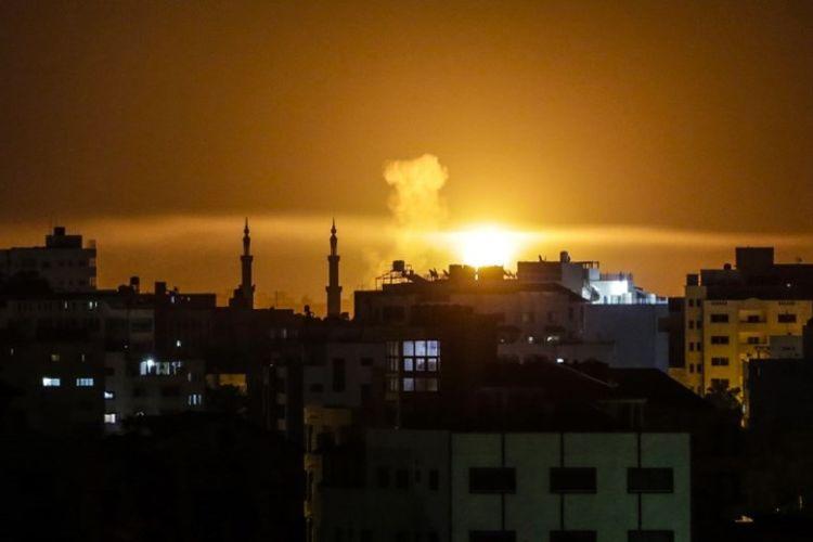 Sebuah ledakan terlihat di Kota Gaza, setelah serangan udara dilakukan oleh pasukan Israel pada Sabtu (2/6/2018). (AFP/Mahmud Hams)
