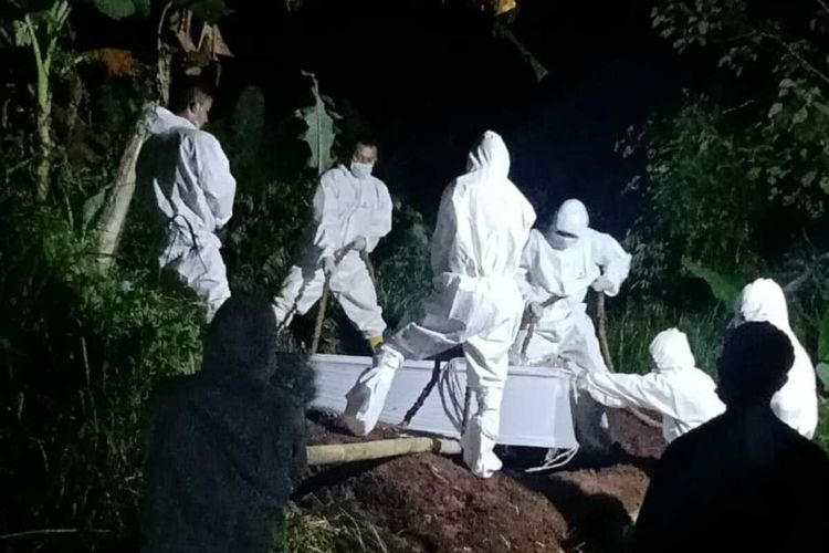 Pemakaman jenazah LH, pasien positif Covid-19 ditolak warga, belum lama ini. Dok Pribadi Keluarga/KOMPAS.com
