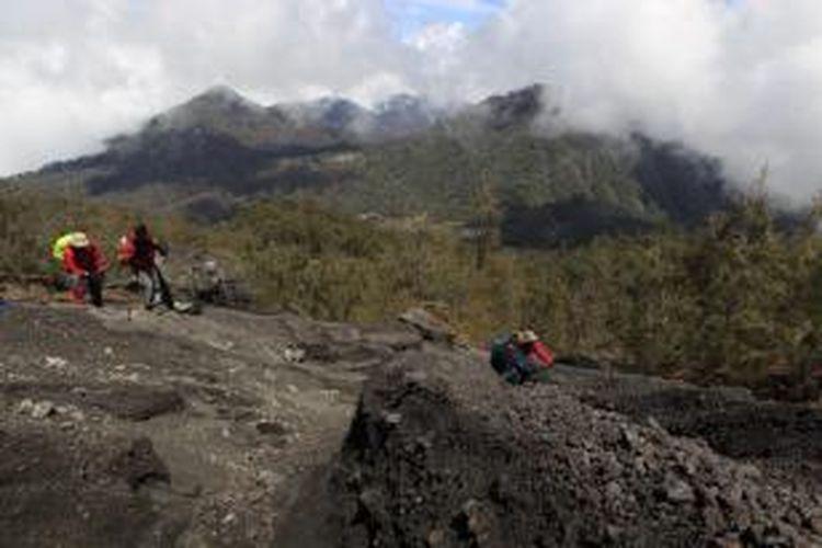Tim Ekspedisi Cincin Api Kompas merambat menyeberangi aliran lahar di lereng Gunung Gunung Semeru, Lumajang, Jawa Timur, untuk mencari keberadaan arca kembar (Arcopodo), Kamis (17/11/2011). Tim berhasil menemukan Arcopodo, yang telah dikabarkan hilang. Letak Arcopodo bukan di Pos Arcopodo di jalur pendakian. KOMPAS IMAGES/FIKRIA HIDAYAT