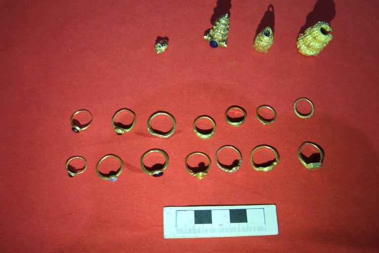 Perhiasan berbentuk cincin serta anting-anting  berbahan emas yang dibeli Levi dari warga yang melakukan pencarian. Perhiasan itu diduga adalah peninggalan masa kerajaan Sriwijaya.