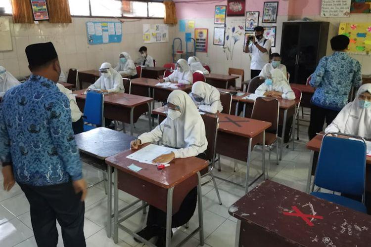 Bupati Gresik Fandi Akhmad Yani saat meninjau pelaksanaan Pembelajaran Tatap Muka (PTM) di SMP Negeri 2 Gresik, Senin (19/4/2021).