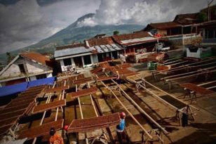 Pekerja mengangkat daun tembakau yang telah dijemur di rumah salah satu pengepul tembakau di Dusun Mranggen, Kelurahan Mranggen, Kecamatan Bansari, Temanggung, Jawa Tengah, Sabtu (18/9/2010).