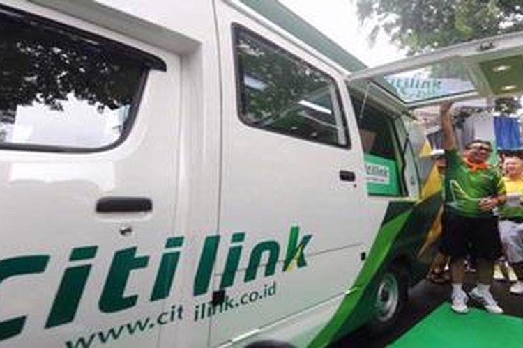 Direktur Utama Garuda Indonesia Emirsyah Satar (kanan) didampingi Direktur Utama Citilink Arif Wibowo meluncurkan Layanan Loket Berjalan Citilink (kiosk on the road) di Jakarta, Minggu (13/1/2013). Layanan tersebut merupakan strategi distribusi baru Citilink untuk lebih mendekatkan diri kepada publik.