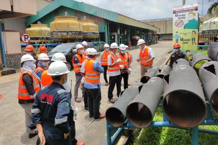 Dua pekerja Pertamina, Ardian Fandika dan Irawan Josodipuro, tanda kehormatan Satyalancana Wira Karya