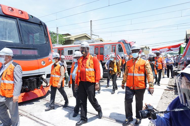 CEO TSG Global Holdings Dr. Rubar Sandi bersama perwakilan Pemerintah Pemerintah Kongo melihat kereta buatan INKA di Kota Madiun sebelum meneken kesepakatan kerjasama pembangunan infrastruktur perkeretaapian dan pemesanan kereta api dengan total nilai Rp 167 trilyun.