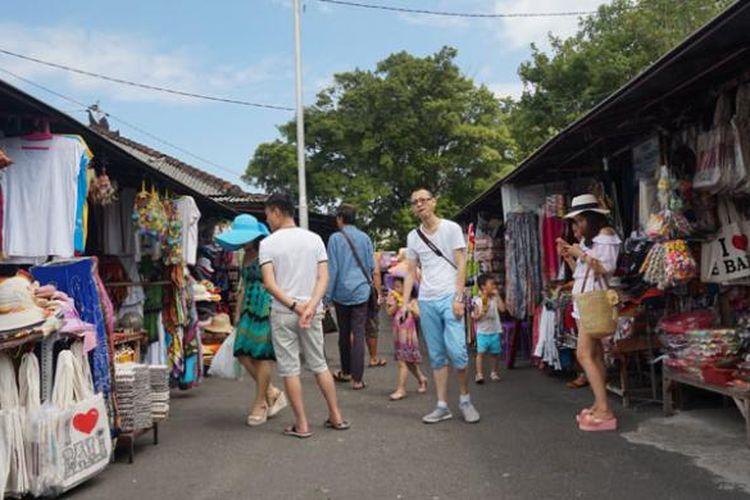 Wisatawan Tiongkok di Tanah Lot, Kabupaten Tabanan, Bali, Jumat (26/6/2015).