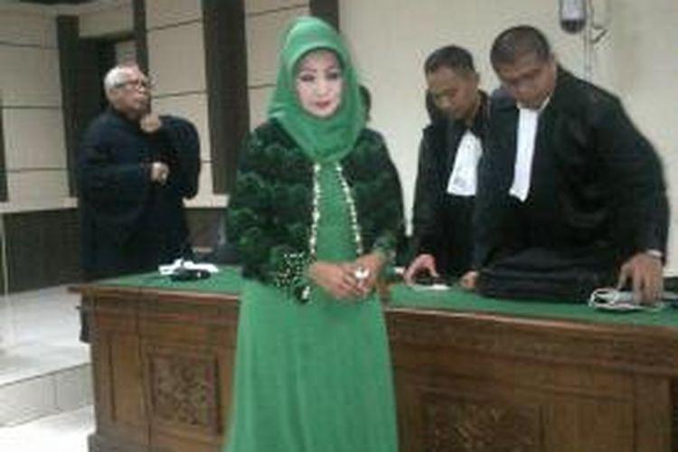 Terdakwa kasus krupsi dan pencucian uang, Rina Iriani saat hendak meninggalkan ruang sidang Pengadian Tipikor Semarang, Selasa (10/2/2015) siang