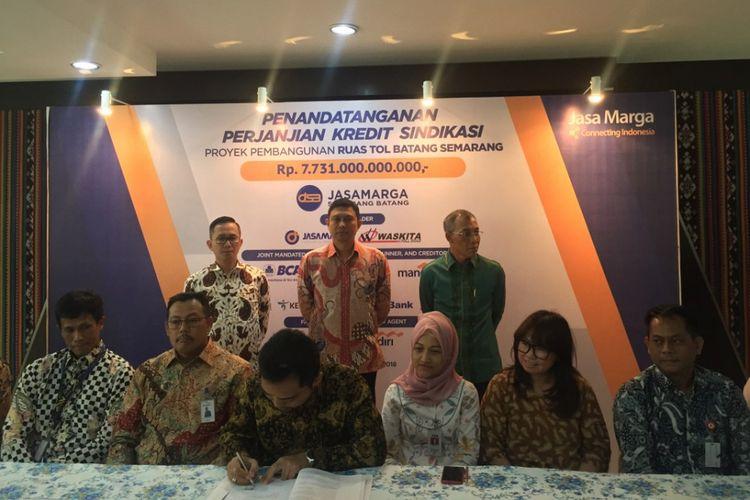 Penandatanganan kredit sindikasi proyek Jalan Tol Semarang-Batang di Kantor Pusat PT Jasa Marga (Persero) Tbk, Jakarta, Selasa (17/4/2018).