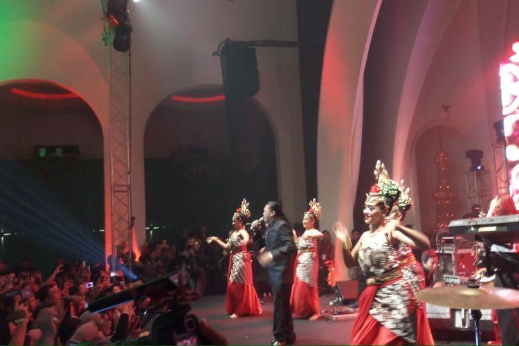 Penyanyi Didi Kempot saat bernyanyi di konser The Lord of Loro Ati di The Pallas, SCBD, Jakarta Selatan, Jumat (6/12/2019).