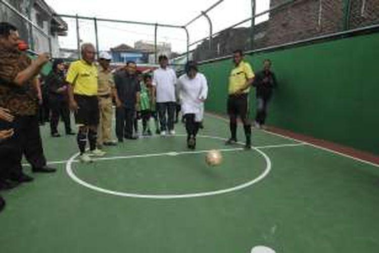 Wali Kota Surabaya Tri Rismaharini menendang bola tanpada peresmian lapangan futsal di kawasan eks lokalisasi Dolly, Surabaya, Senin (19/12/2016)