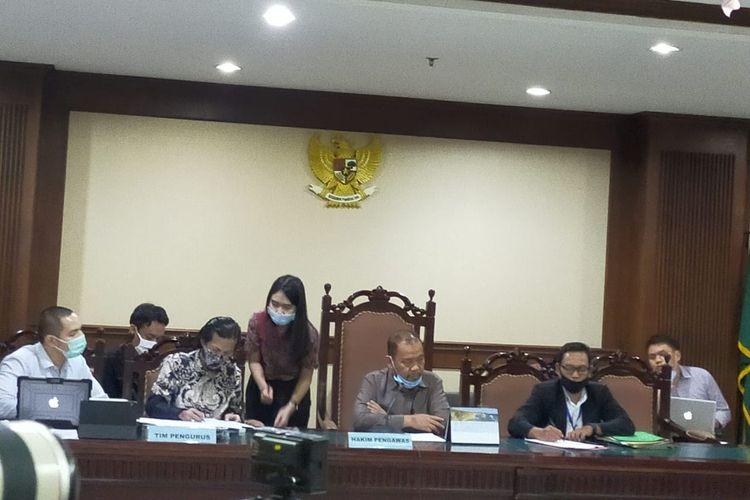 Pengurus PKPU KCN Patra M Zen melakukan penghitungan hasil voting dalam Rapat Pembahasan Perdamaian KCN (dalam PKPU) di Pengadilan Niaga, Pengadilan Negeri, Jakarta Pusat, Rabu (13/5/2020)