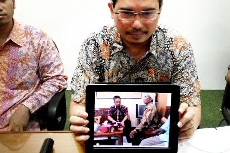 Trisno Raharjo Ketua Tim Pembela Kemanusiaan kasus Siyono saat menunjukan foto ketika Mardio dipanggil Propam di Polsek Cawas