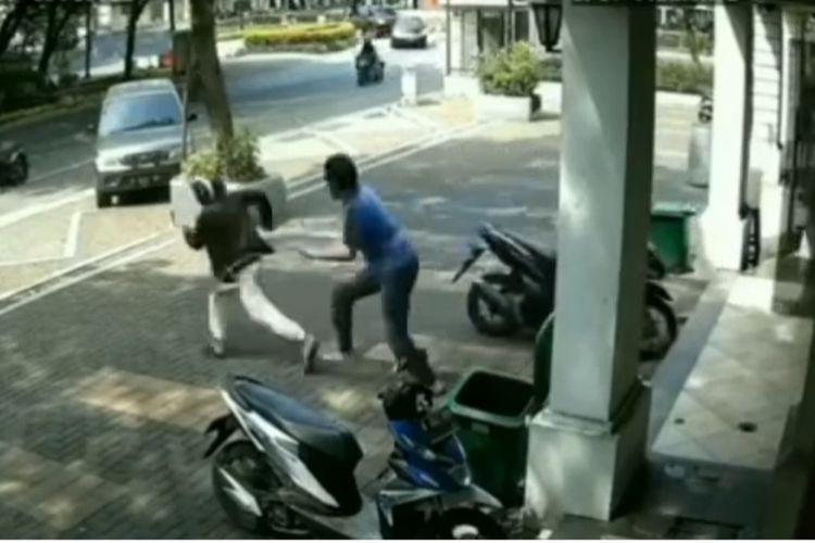 Tangkapan layar akun @jakinfo_ seorang laki-laki berinisial HS (23) tertangkap basah saat hendak mencuri sebuah motor yang tengah terparkir di Ruko Citra 7, Kalideres, Jakarta Barat, pada Senin (14/6/2021).