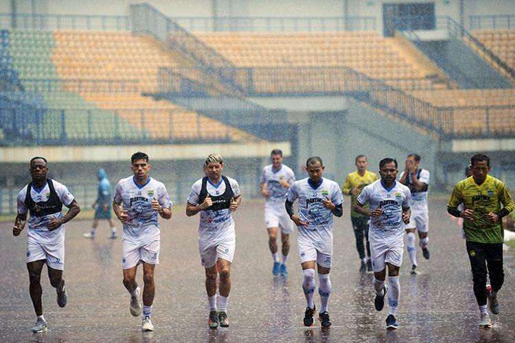 Para pemain Persib Bandung menjalani latihan fisik di Stadion Gelora Bandung Lautan Api (GBLA), Kota Bandung, Jumat (14/8/2020).