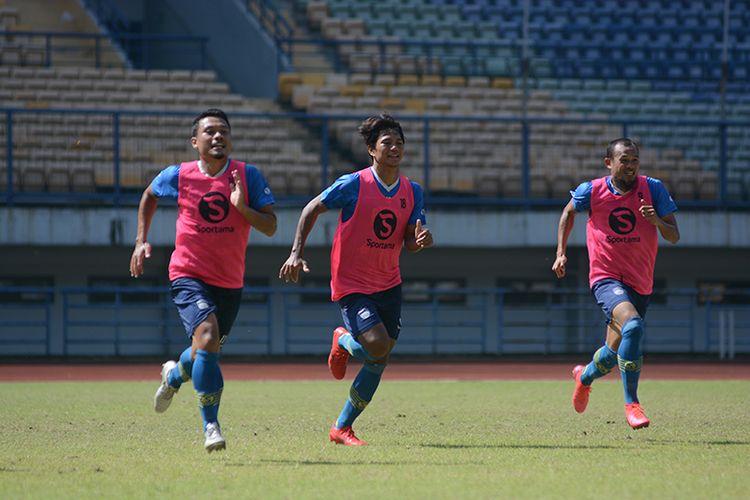 Para pemain Persib Bandung menjalani sesi latihan di Stadion GBLA, Kota Bandung, Senin (21/6/2021).
