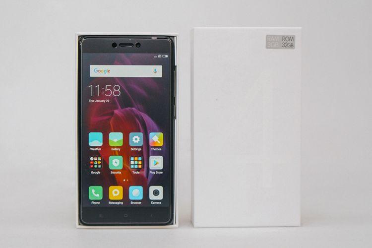 Xiaomi Redmi Note 4 dan kotak kemasannya.