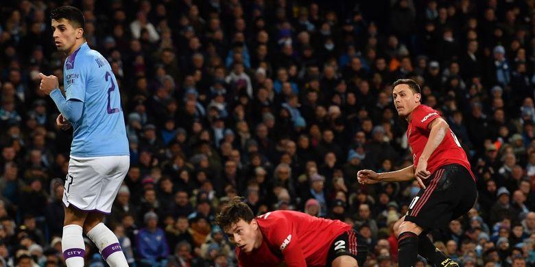 Aksi gelandang Manchester United Nemanja Matic (kanan) setelah mencetak gol pada leg kedua semifinal Piala Liga Inggris antara Manchester City vs Manchester United di Stadion Etihad di Manchester, Inggris, pada 29 Januari 2020.