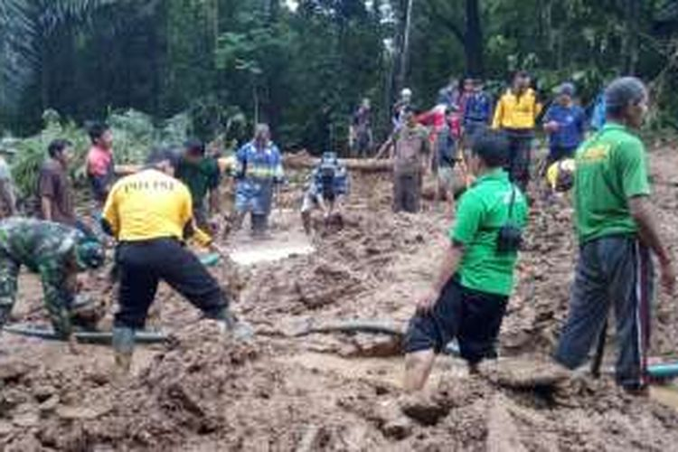Longsor - Warga bersama personil TNI dan polisi bersama-sama melakukan evakuasi korban longsor di Desa Karangrejo, Kecamatan Loano, Kabupaten Purworejo, Jawa Tengah, Minggu (19/6/2016). Longsor yang terjadi pada Sabtu (18/6/2016) malam, telah menimbun puluhan orang, dan dari jumlah tersebut, sebanyak 19 korba, kemarin,  ditemukan tewas.